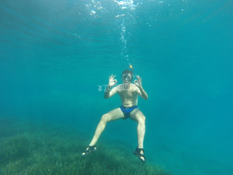 practicando snorkeling