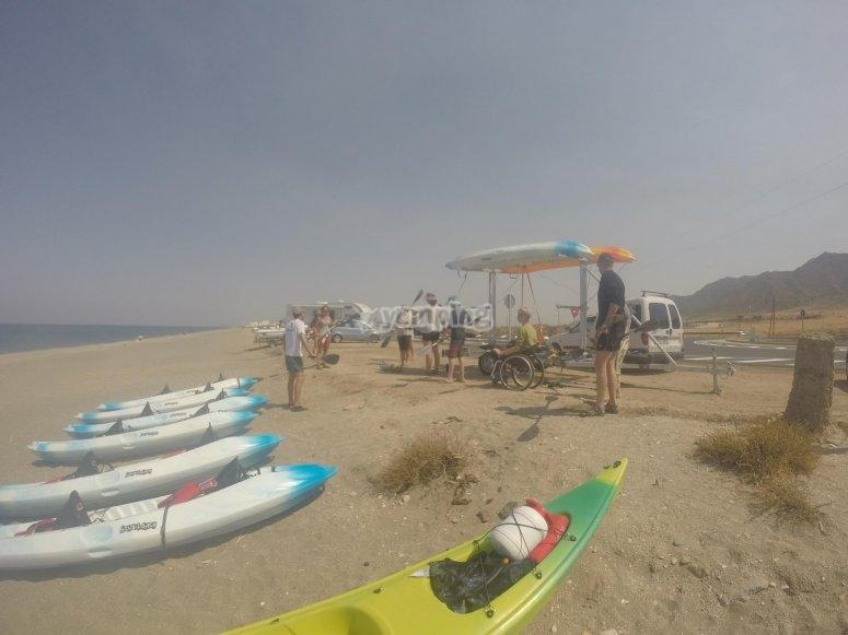 preparando los kayaks para salir a navegar