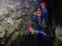 familia dentro de la cueva