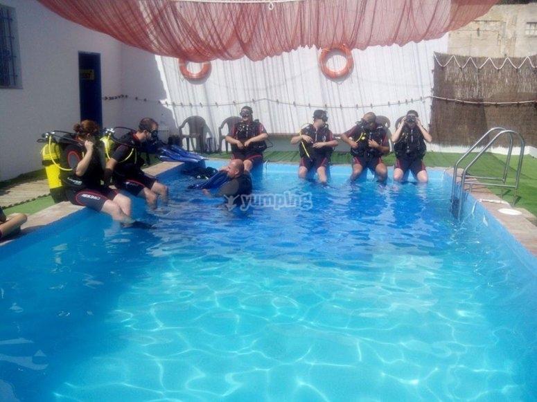 Grupo de buceadores en piscina