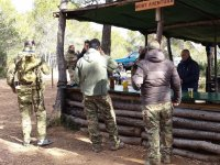 Barra de bar en el campo de paintball