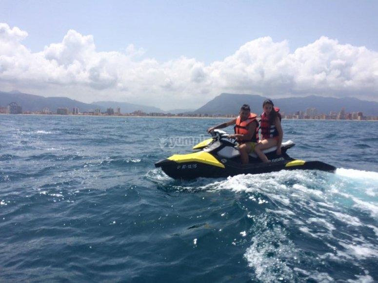 Montando en moto de agua