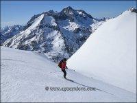 esquiando con el balaitus de fondo