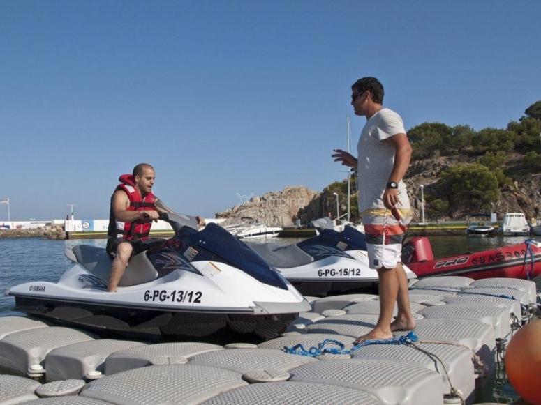 离开L'Escala港口的摩托艇