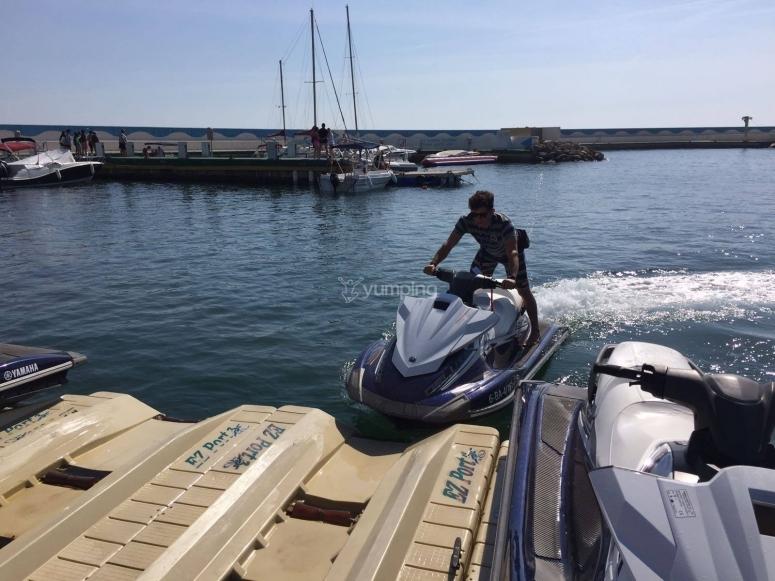 将摩托艇停放在L'Escala