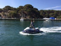 沿着海岸行走摩托艇Brava