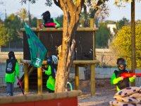 En la batalla de paintball para niños