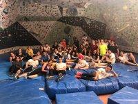 Merecido descanso tras jornada de escalada en rocódromo en Valencia