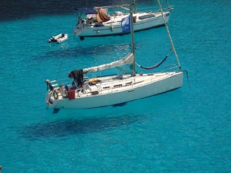 Barcos en aguas transparentes