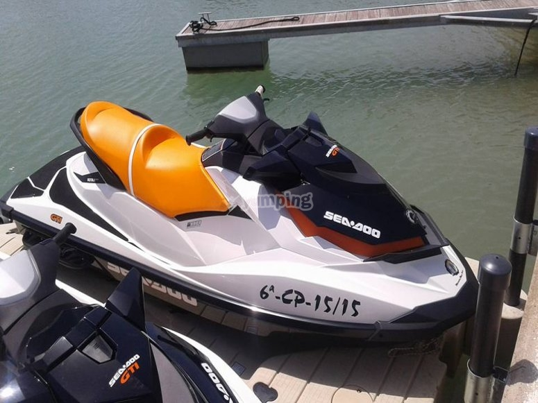 moto de agua con asiento naranja