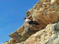 escalando por pared de roca