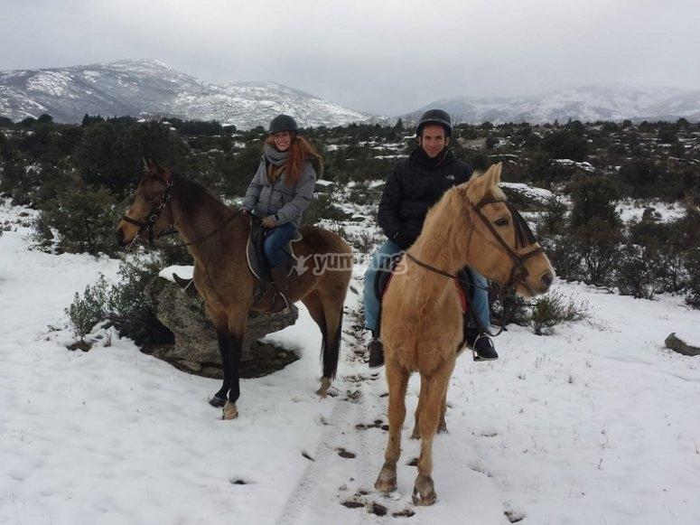 Montando a caballo en la nieve
