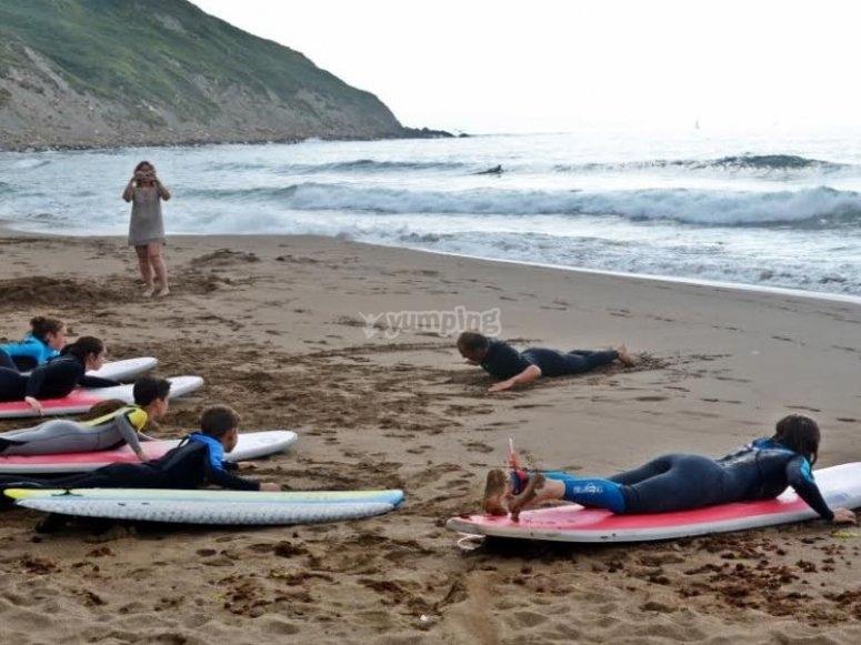 Stare sdraiati sulle tavole da surf a Vizcaya