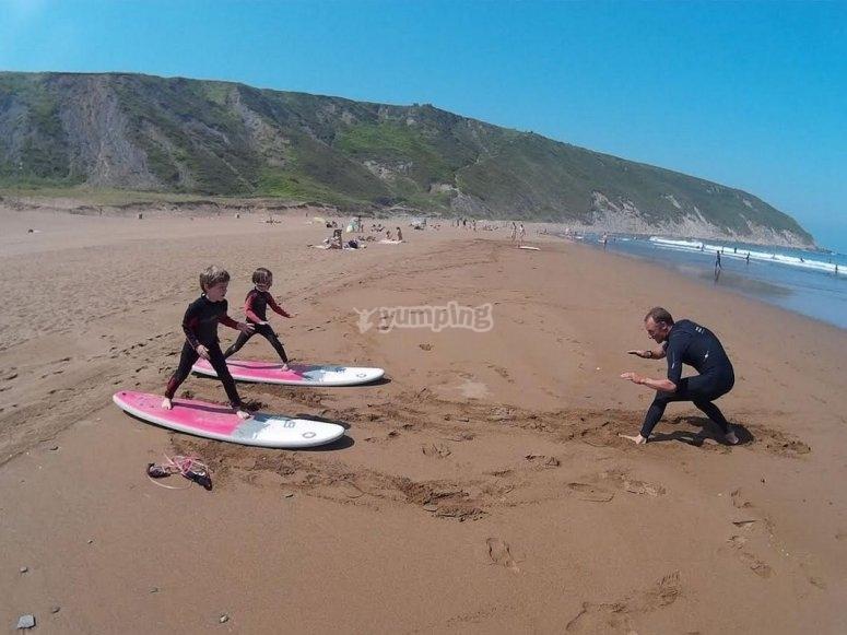 Lezioni di surf per bambini a Sopelana