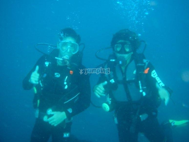在福门特拉岛夫妇潜水