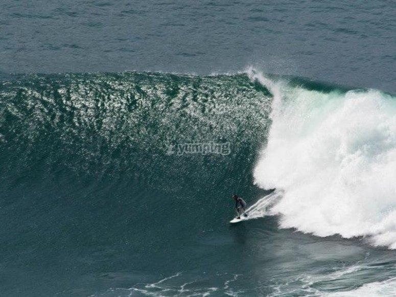 surfeando en una gran ola