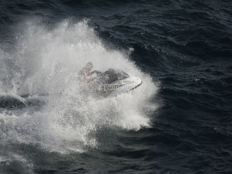 moto de agua en el mar