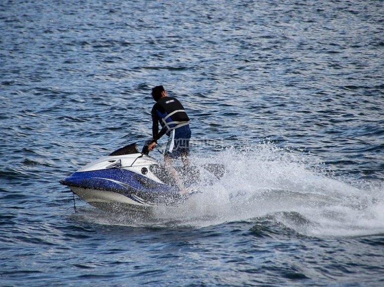 montando en jet ski