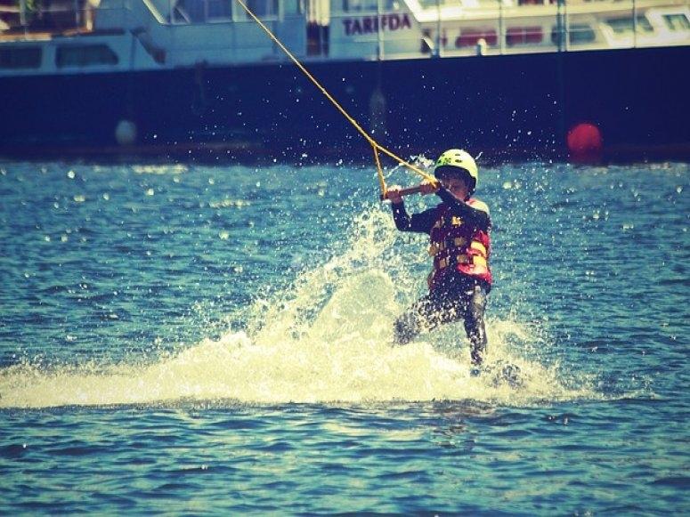 nino practicando esqui acuatico