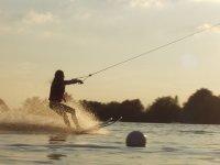 realizando esqui acuatico