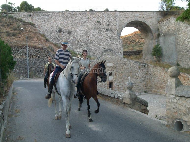 在桥上骑马