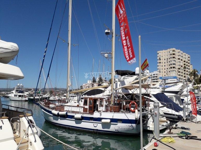 帆船停泊在港口