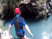 从岩石跳到水池中