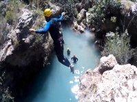 在山沟中跳入水中