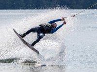 Levantando la tabla de wakeboard