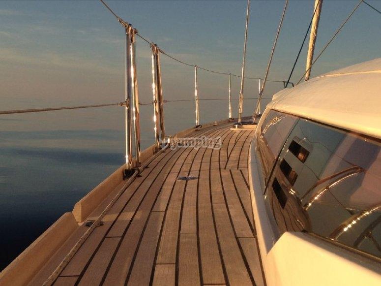 锚固旁边的小溪船内部