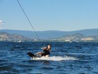 Rozando el agua sobre los esquís acuáticos