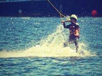 Niño practicando esquí de agua