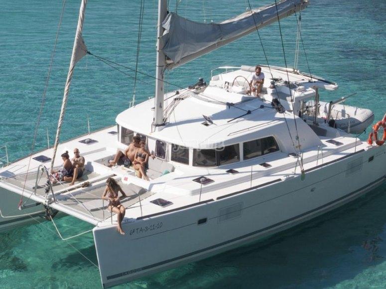 Barco en las increibles costas de Ibiza