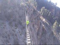 Andando sobre el puente colgante