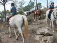 Montando a caballo durante el campamento