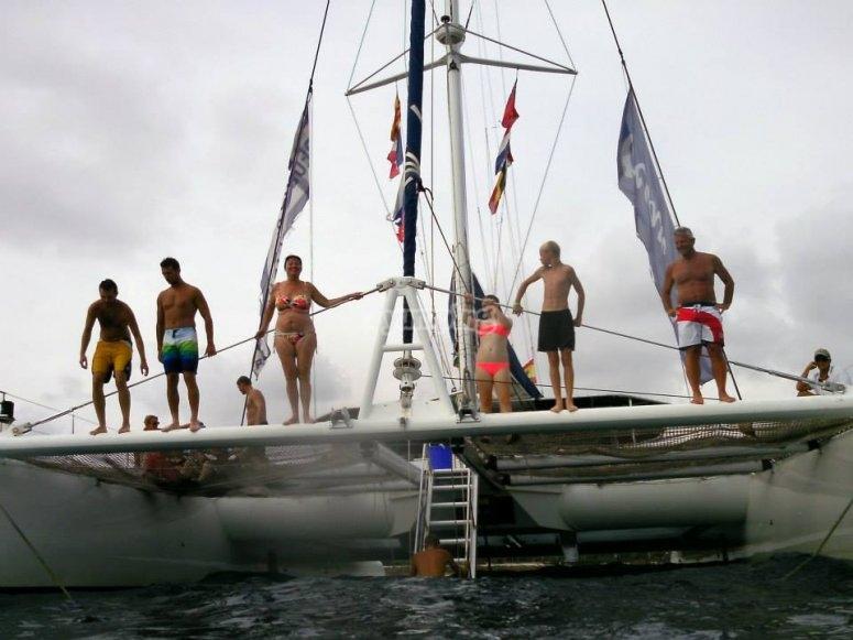 De pie en el catamaran