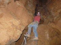 Escalera para bajar al interior de la cueva