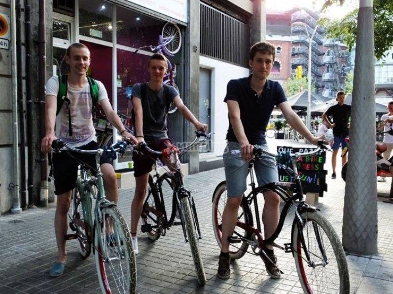 tres jovenes en bici a punto de disfrutar de un paseo por barcelona.jpg