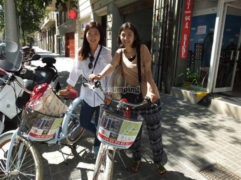 骑自行车的两个女孩