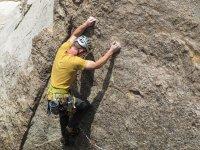 专业登山用的手和脚坚持着用双手