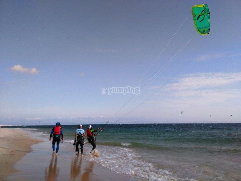 Controlando la cometa por las playas de Sanlúcar