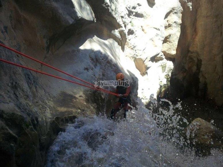 登山运动独木舟骑在山沟