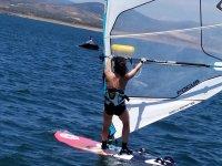 Planche à voile dominant les vents à Guijo de Granadilla