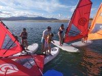 Cours de planche à voile enfant dans les eaux de Cáceres