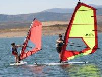 Pratiquer la planche à voile avec un collègue dans les eaux d'Estrémadure