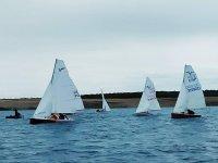 Groupe de marins naviguant à travers Guijo de Granadilla