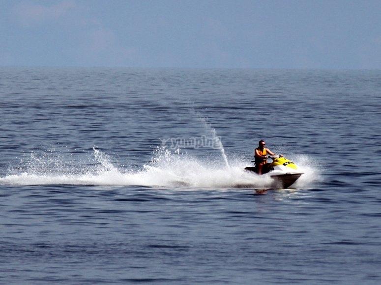 Corriendo en moto de agua
