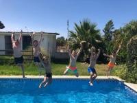 Amigos saltando a la piscina