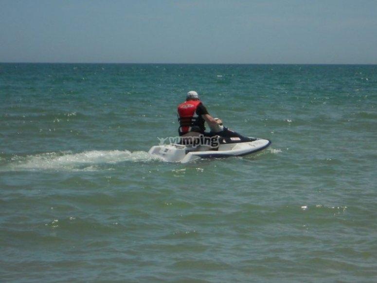 Deteniendo la moto en el agua