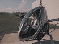 在直升机机舱内起飞
